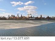 Купить «Измайловский кремль и Серебряно-Виноградный пруд в Москве», эксклюзивное фото № 13077691, снято 22 апреля 2013 г. (c) lana1501 / Фотобанк Лори