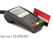 Купить «Терминал для безналичной оплаты и банковская карта в магнитном считывателе», фото № 13078051, снято 17 ноября 2015 г. (c) Константин Колосов / Фотобанк Лори