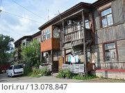 Ветхое аварийное деревянное здание в Хабаровске. Редакционное фото, фотограф Дмитрий Николаев / Фотобанк Лори