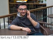 Стильный молодой человек разговаривает по телефону. Стоковое фото, фотограф Земсков Андрей  Владимирович / Фотобанк Лори