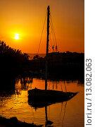 Купить «Силуэт старой лодки на закате. Эль-Гуна, Египет», фото № 13082063, снято 16 октября 2012 г. (c) Andrei Nekrassov / Фотобанк Лори