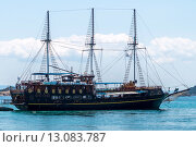 Корабль со спущенными парусами у побережья Греции (2015 год). Редакционное фото, фотограф Dmitrii Shafranskii / Фотобанк Лори