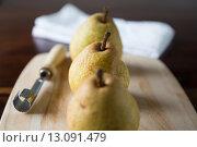 Купить «pears on wooden board», фото № 13091479, снято 19 августа 2019 г. (c) PantherMedia / Фотобанк Лори