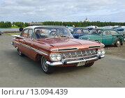 Купить «Старинный автомобиль Chevrolet Impala 4-Door Sedan 1959 года выпуска», фото № 13094439, снято 11 июля 2015 г. (c) Валерия Попова / Фотобанк Лори