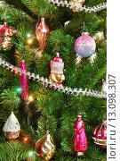 Купить «Новогодняя ёлка, украшенная старыми игрушками», эксклюзивное фото № 13098307, снято 27 декабря 2014 г. (c) Dmitry29 / Фотобанк Лори