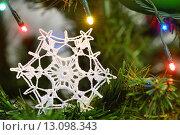Купить «Снежинка, вязанная крючком, на новогодней ёлке», эксклюзивное фото № 13098343, снято 3 января 2015 г. (c) Dmitry29 / Фотобанк Лори