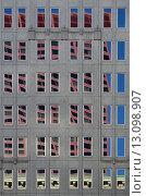 Чикаго. Окна здания с отражениями напротив стоящего здания (2015 год). Стоковое фото, фотограф Дмитрий Муромцев / Фотобанк Лори
