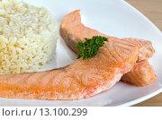 Жареная рыба с рисом на тарелке. Стоковое фото, фотограф Эдуард Пиолий / Фотобанк Лори