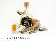 Купить «Натюрморт с бутылкой текилы, рюмкой, сигарой, ножом и деньгами», фото № 13100883, снято 22 ноября 2015 г. (c) Ивашков Александр / Фотобанк Лори