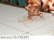 Художник расписывает батик, Куала-Лумпур, Малайзия (2008 год). Редакционное фото, фотограф Некрасов Андрей / Фотобанк Лори