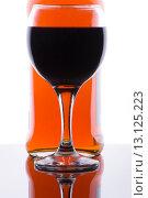 Бутылка с бокалом вина. Стоковое фото, фотограф Роман Червов / Фотобанк Лори