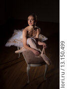 Балерина в пачке сидит на банкете. Низкий ключ. Стоковое фото, фотограф Елена Троян / Фотобанк Лори
