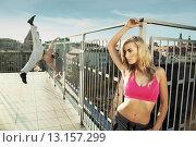 Купить «Athletic couple trainig on the top of the builiding», фото № 13157299, снято 6 сентября 2014 г. (c) Ingram Publishing / Фотобанк Лори