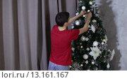 Купить «Мальчик-подросток украшает елку», видеоролик № 13161167, снято 22 ноября 2015 г. (c) Валентин Беспалов / Фотобанк Лори