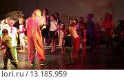 Купить «Маленькие дети на сцене танцуют с аниматорами. Хургада, Египет», видеоролик № 13185959, снято 23 ноября 2015 г. (c) Кекяляйнен Андрей / Фотобанк Лори
