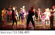 Купить «Дети повторяют движения за аниматором, переодетым в костюм спайдермена. Отель Alf Leila Wa Leila spa (1001 Nights). Хургада, Египет», видеоролик № 13186491, снято 23 ноября 2015 г. (c) Кекяляйнен Андрей / Фотобанк Лори