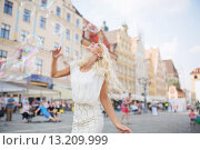 Alluring blonde having a grat fun with the soap bubbles. Стоковое фото, агентство Ingram Publishing / Фотобанк Лори