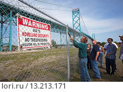 Detroit, Michigan - Community activists in southwest Detroit tear down a fence blocking access to part of Riverside Park  The fence was erected after 9... Редакционное фото, фотограф Jim West / age Fotostock / Фотобанк Лори