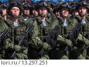 Купить «Российские военные идут строем во время парада, посвященного 70-й годовщине Победы в Великой Отечественной войне, на Красной площади в городе Москве, Россия», фото № 13297251, снято 7 мая 2015 г. (c) Николай Винокуров / Фотобанк Лори