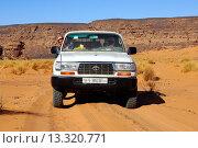 Купить «Jeep in Wüstenlandschaft, Akakus Gebirge, Libyen / Four_wheel drive jeep in a desert landscape, Acacus Mountains, Libya», фото № 13320771, снято 22 октября 2018 г. (c) age Fotostock / Фотобанк Лори