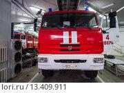Купить «Пожарный автомобиль МЧС в гараже», фото № 13409911, снято 12 февраля 2012 г. (c) Михаил Михин / Фотобанк Лори
