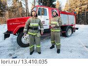 Купить «Пожарные МЧС РФ у служебной машины», фото № 13410035, снято 13 февраля 2012 г. (c) Михаил Михин / Фотобанк Лори
