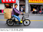 Купить «China, Shanghai, Huangpu District, Sichuan Road, Asian, man, electric motor scooter bike, riding, no helmet, motion, box, Mandarin symbols, hanzi,», фото № 13518255, снято 25 мая 2019 г. (c) age Fotostock / Фотобанк Лори