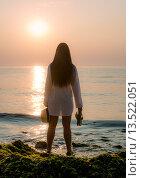 Девушка на берегу моря во время восхода солнца. Стоковое фото, фотограф Кононенко Александр / Фотобанк Лори