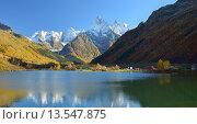 Купить «Озеро в осенних кавказских горах», фото № 13547875, снято 17 октября 2015 г. (c) александр жарников / Фотобанк Лори
