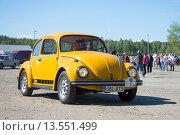 Купить «Желтый Фольксваген 1600 (Фольксваген Жук) на параде ретроавтомобилей в Керимяки. Финляндия», фото № 13551499, снято 6 июня 2015 г. (c) Виктор Карасев / Фотобанк Лори