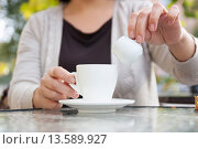 Женщина наливает сливки в кофе. Стоковое фото, фотограф Оксана Лозинская / Фотобанк Лори