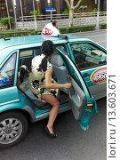 Купить «Two twin girls in traditional chinese dresses hailing a taxi cab», фото № 13603671, снято 16 августа 2010 г. (c) age Fotostock / Фотобанк Лори