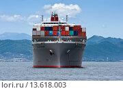 Купить «Груженый контейнеровоз, стоящий на якоре на рейде в бухте Находка», фото № 13618003, снято 2 августа 2015 г. (c) Владимир Серебрянский / Фотобанк Лори