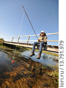 Купить «boy sitting on a wooden bridge and fishing, Netherlands, Northern Netherlands», фото № 13791979, снято 21 августа 2018 г. (c) age Fotostock / Фотобанк Лори