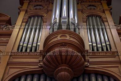 Старинный орган крупным планов в Большом зале Московской консерватории имени Чайковского в городе Москве, Россия