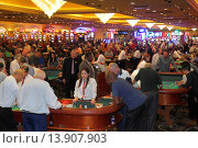 Купить «Nevada, Las Vegas, The Strip, South Las Vegas Boulevard, Bally's Las Vegas Hotel and Casino, gambling, gamblers, players, base dealer, craps, tables, Asian, woman, Black, man,.», фото № 13907903, снято 23 октября 2018 г. (c) age Fotostock / Фотобанк Лори