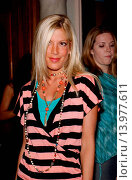 Tori Spelling Much Love Animal Rescue celebrity comedy benefit. Laugh Factory - Hollywood, California. September 29th, 2004. Photo by Patrick Rideaux/PicturePerfect (2013 год). Редакционное фото, фотограф visual/pictureperfect / age Fotostock / Фотобанк Лори
