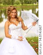 Купить «Невеста с зонтиком», фото № 14014667, снято 26 июля 2014 г. (c) Виктор Топорков / Фотобанк Лори