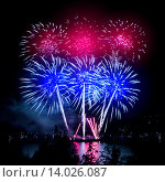 Купить «Праздничный фейерверк в ночном небе», фото № 14026087, снято 9 августа 2015 г. (c) ElenArt / Фотобанк Лори
