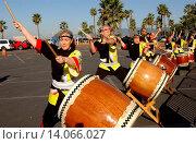 Taiko Drummers - Santa Monica/California/United States - PHIL KEOGHAN KICKS OFF HIS CROSS COUNTRY BIKE RIDE (2009 год). Редакционное фото, фотограф visual/pictureperfect / age Fotostock / Фотобанк Лори