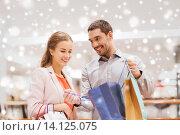 Купить «happy young couple with shopping bag in mall», фото № 14125075, снято 10 ноября 2014 г. (c) Syda Productions / Фотобанк Лори