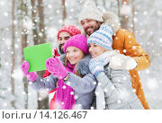 Купить «smiling friends with tablet pc in winter forest», фото № 14126467, снято 29 декабря 2014 г. (c) Syda Productions / Фотобанк Лори