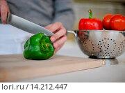 Купить «A man is slicing a bell pepper.», фото № 14212447, снято 22 июля 2018 г. (c) age Fotostock / Фотобанк Лори