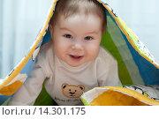 Мальчик выглянул из-под одеяла (2012 год). Редакционное фото, фотограф Виктория Нам / Фотобанк Лори
