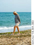 Женщина среднего возраста гуляет на морском берегу. Стоковое фото, фотограф Кононенко Александр / Фотобанк Лори