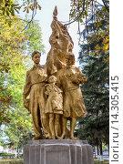 Купить «Скульптура, посвященная пионерам. Город Обоянь», эксклюзивное фото № 14305415, снято 4 октября 2015 г. (c) Сергей Лаврентьев / Фотобанк Лори
