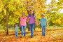 Счастливые родители с тремя детьми гуляют в осеннем парке, фото № 14338375, снято 26 сентября 2015 г. (c) Сергей Новиков / Фотобанк Лори