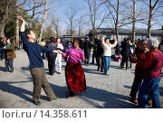 Couples dancing in park of the Temple of Heaven, Beijing, China. Стоковое фото, фотограф Tim Graham / age Fotostock / Фотобанк Лори