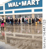 Roseville, Michigan - Members of Jobs with Justice rally to support workers at a Walmart supply chain warehouse in Indiana who refused to work without... Стоковое фото, фотограф Jim West / age Fotostock / Фотобанк Лори