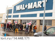 Roseville, Michigan - Members of Jobs with Justice rally to support workers at a Walmart supply chain warehouse in Indiana who refused to work without... Редакционное фото, фотограф Jim West / age Fotostock / Фотобанк Лори